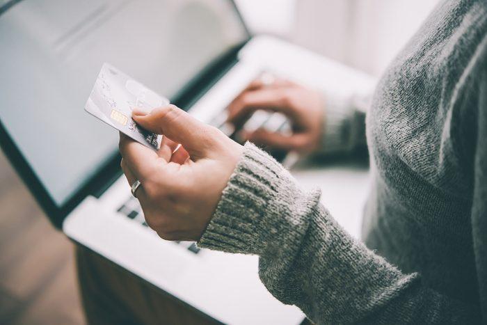 Éviter de dépenser en cachant vos cartes de crédit.