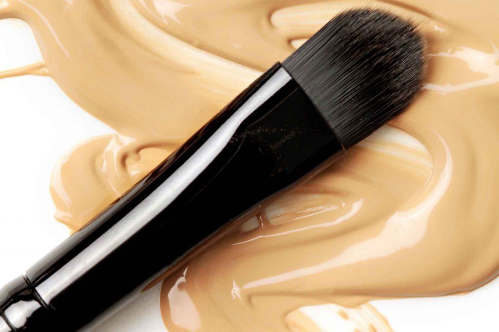 Prenez une couleur qui se marie bien avec votre peau, puis étalez-la sur votre cou pour obtenir une apparence naturelle.