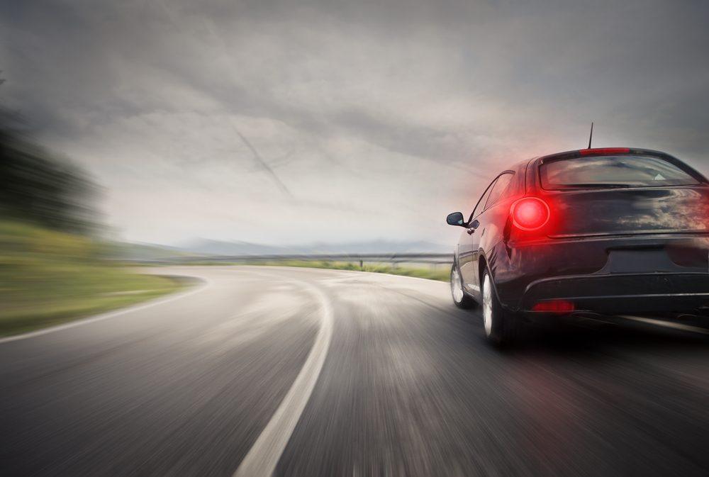 Si la voiture devant vous fait des embardées ne la suivez pas de près et appeler les autorités.