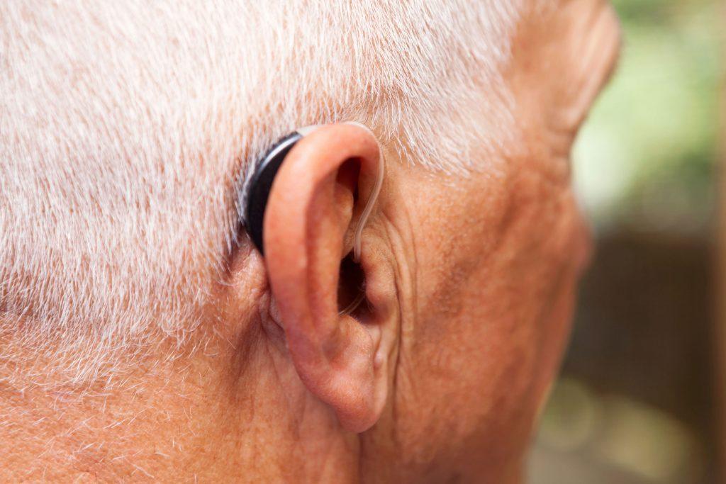 Consultez un spécialiste, une prothèse auditive pourrait peut-être soulager vos acouphènes.
