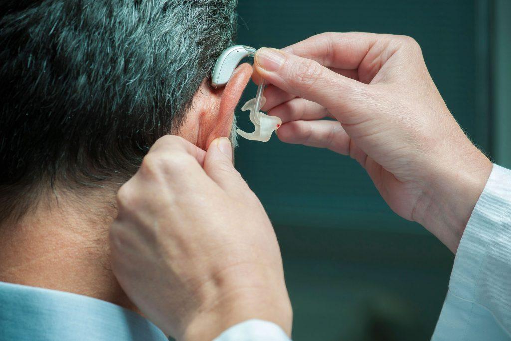 Un appareil auditif avec générateur de bruit pourrait diminuer vos acouphènes.