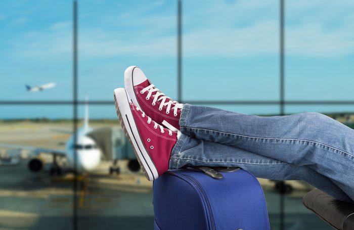 Les chaussures doivent rester dans vos pieds lorsque vous prenez l'avion.