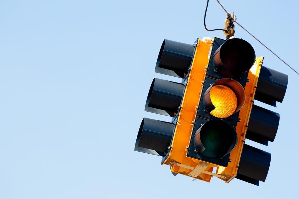 Si vous arriver à un carrefour et que le feu tourne orange, user de votre jugement pour estimer si vous avez le temps de passer ou si vous devez vous arrêter.