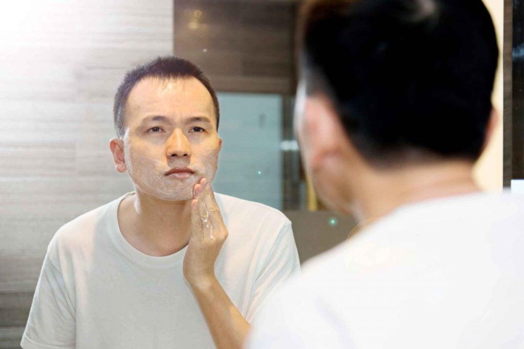 Truc d'hygiène pour hommes: en utilisant un hydratant après le rasage vous éviterez les poils sous-cutanés.