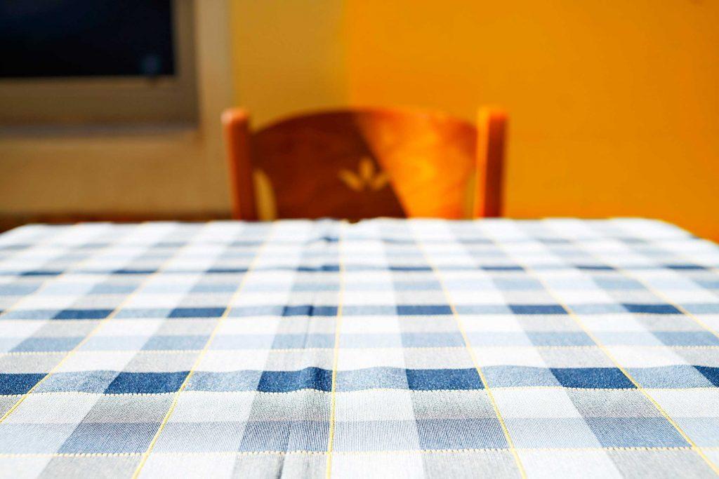 Le meilleur endroit pour se cacher pendant un tremblement de terre est sous un bureau ou une table.
