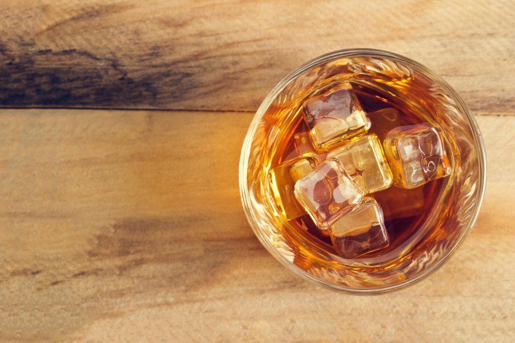 Opter pour des cocktails moins alcoolisés peut aider à diminuer votre consommation d'alcool.