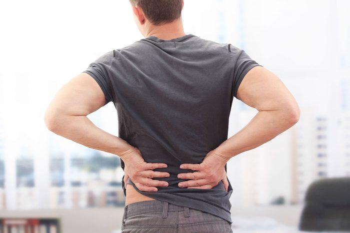 Des maux de dos peuvent indiquer un cancer des testicules.