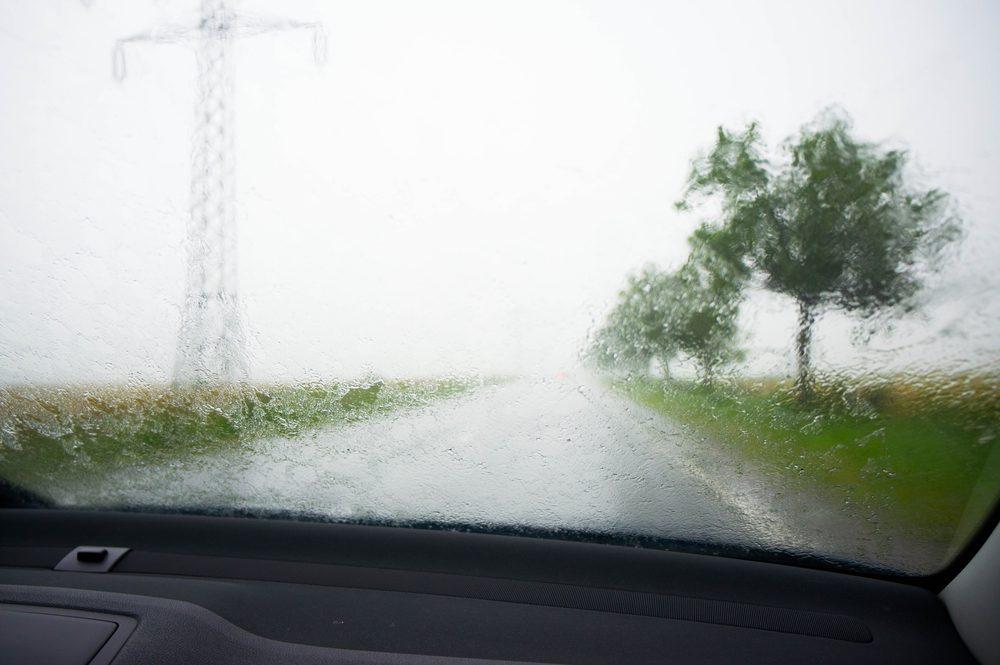 Si une tornade approche lorsque vous êtes dans votre voiture, évitez sa trajectoire et mettez-vous à l'abri.