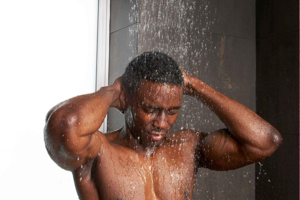 Truc d'hygiène pour hommes: vous rasez sous la douche assouplira vos poils et vous évitera de vous couper avec votre rasoir.