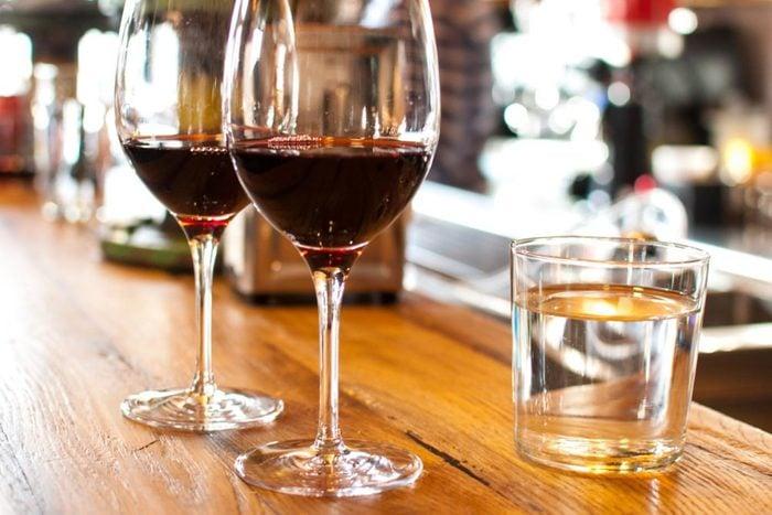 Boire beaucoup d'eau peut vous aider à réduire votre consommation d'alcool.
