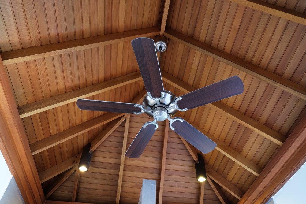 Utilisez des ventilateurs pour refroidir la pièce et diminuer votre consommation d'énergie et vos frais de climatisation.