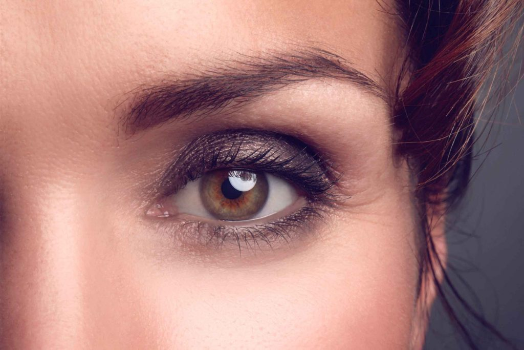 Utilisez plusieurs teintes de fard afin de créer des yeux charbonneux.