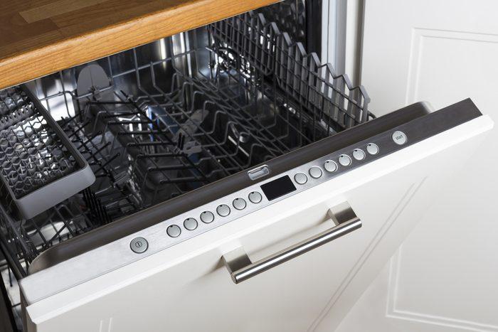 Débarrassez votre lave-vaisselle des odeurs de moisissure en utilisant du bicarbonate de soude.