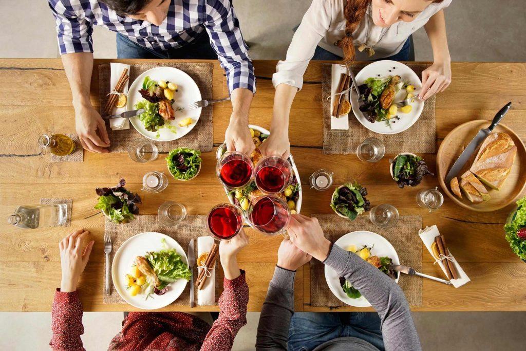 Remplacer la bouteille de vin sur la table par un pichet d'eau pour diminuer votre consommation d'alcool.
