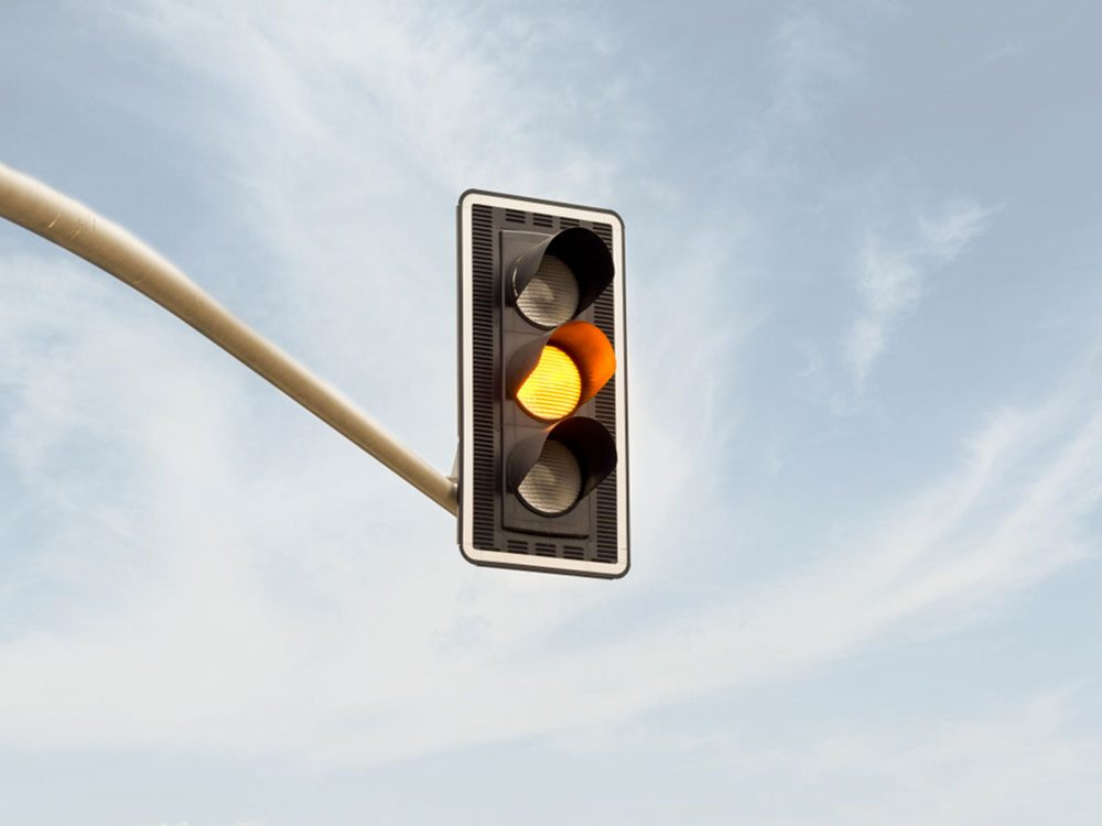 Accidents mortels: vous arrivez à un carrefour en roulant à haute vitesse et le feu orange s'allume.