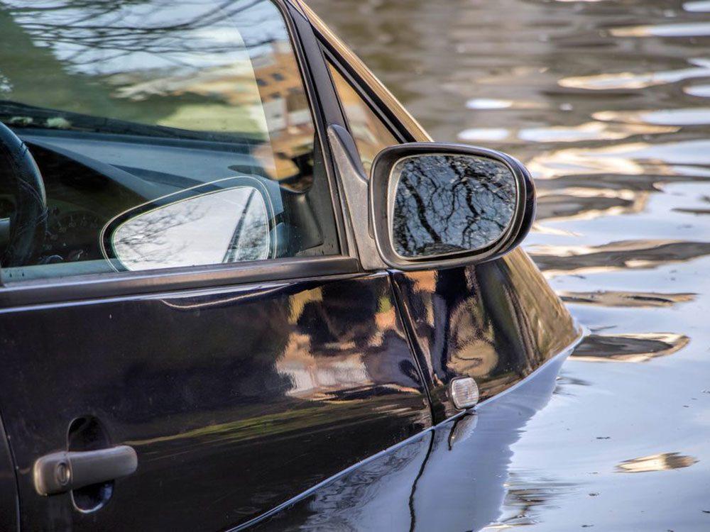 Accidents mortels: votre voiture est submergée par les eaux.