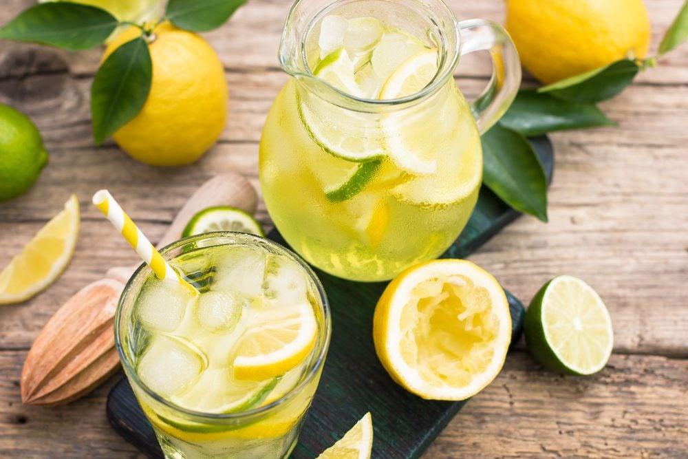 Aliments pour maigrir et favorisant la perte de poids: eau citronnée.