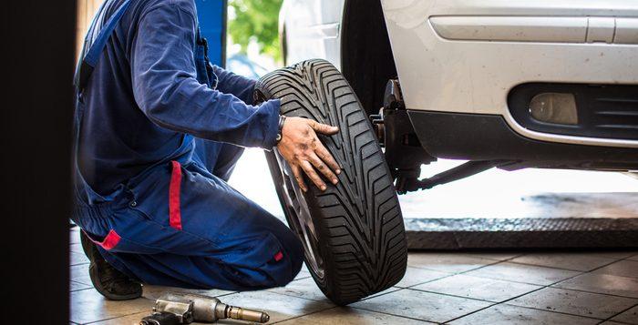Si la bande de roulement de vos pneus est trop usée, vous aurez du mal à freiner en urgence
