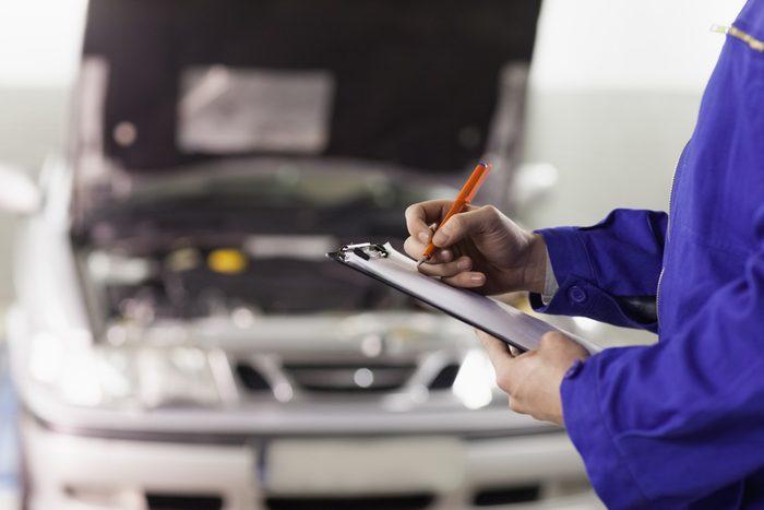 Pour une vérification annuelle, rendez-vous plutôt dans un centre qui engage des techniciens professionnels