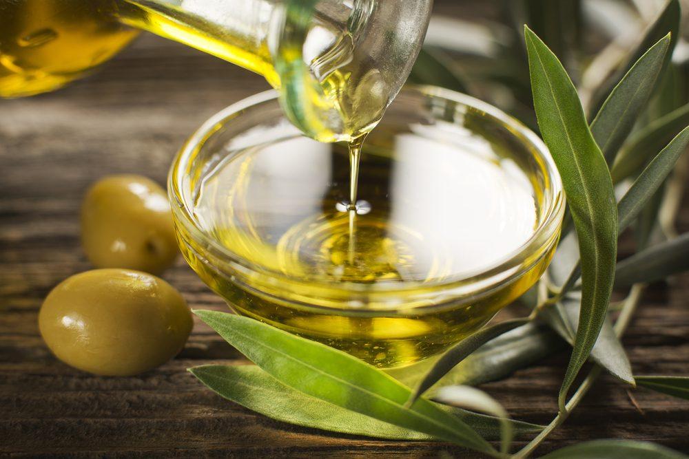 Produit de beauté naturel maison à base d'huile d'olive, l'un des meilleurs cosmétiques maison pour le visage.