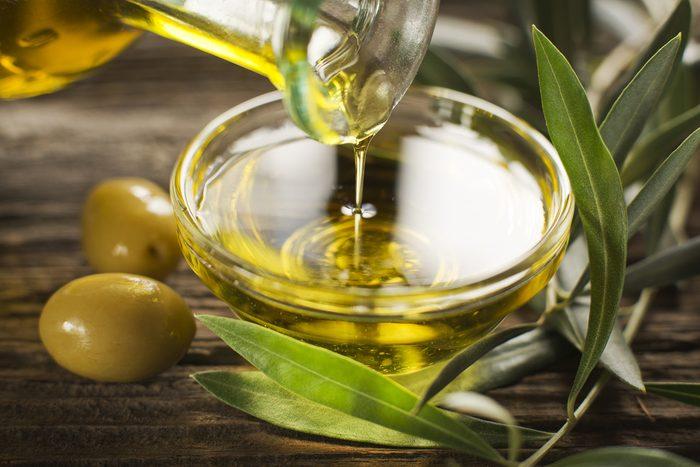 l'huile d'olive est un bon produit naturel pour votre visage.