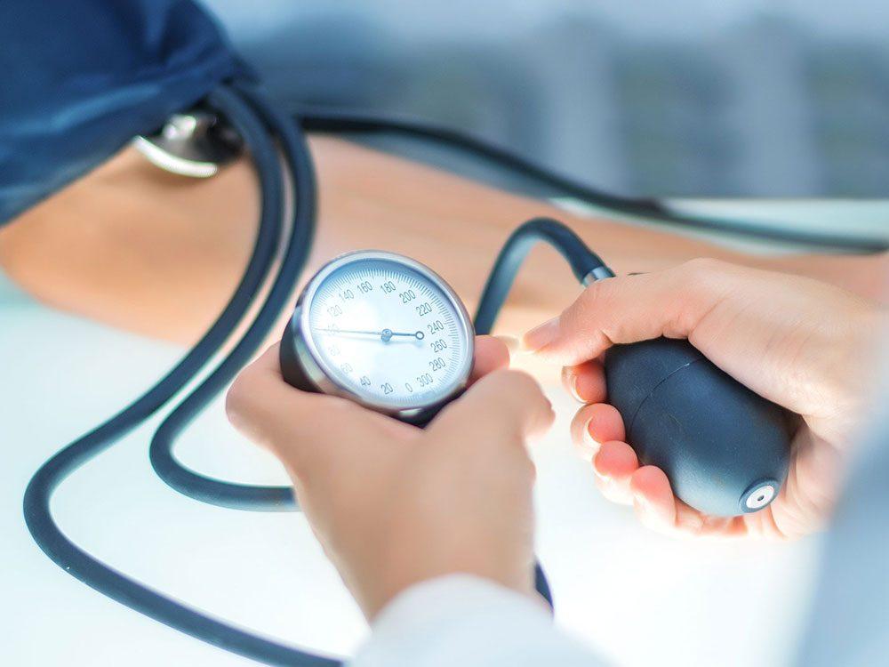 Manger trop de sel peut provoquer de l'hypertension.