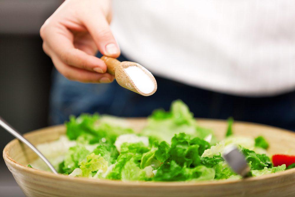 Ne pas trop saler les plats permet de ne pas manger trop de sel.