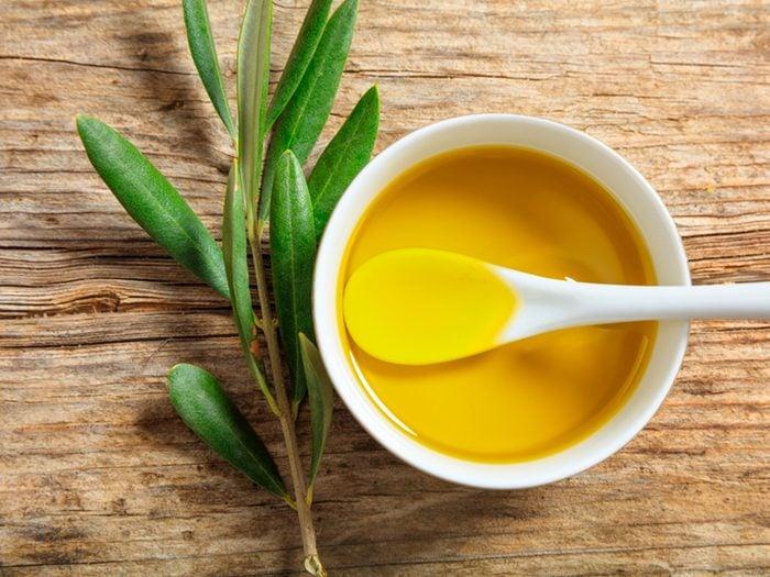 Produitde beauté maison pour le visage à l'huile d'olive.