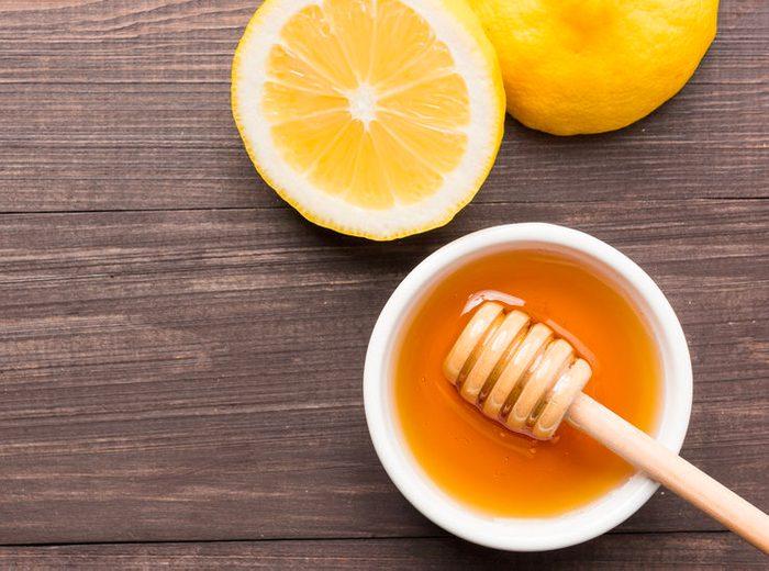 Produitde beauté maison pour le visage au miel et au citron.
