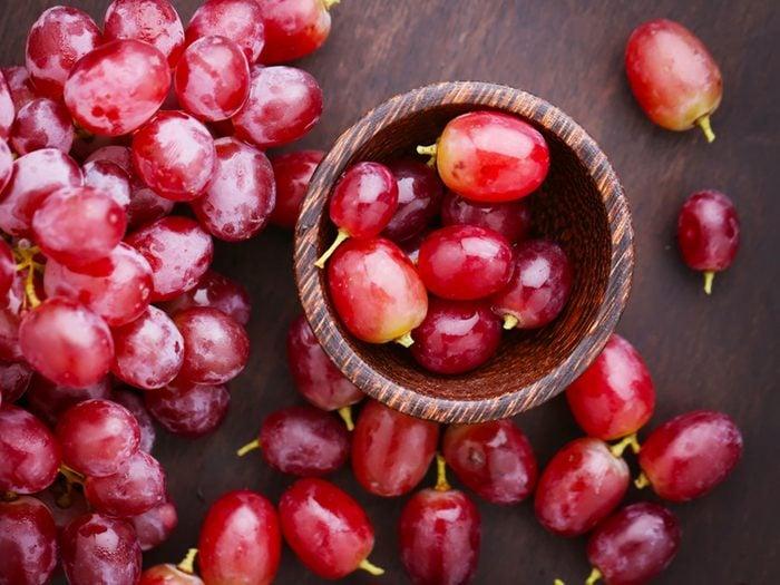 Produit de beauté maison pour le visage au raisin.