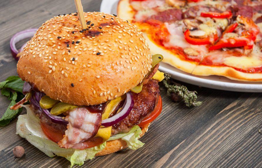 Une recette décadente de hamburger avec garniture à la pizza