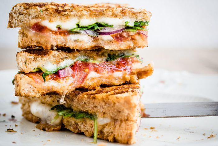 Recette rapide et santé: Sandwich aux légumes grillés et au fromage.
