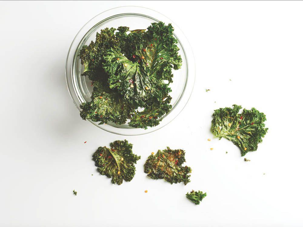 Recettes de kale : les croustilles en font une excellente collation santé.