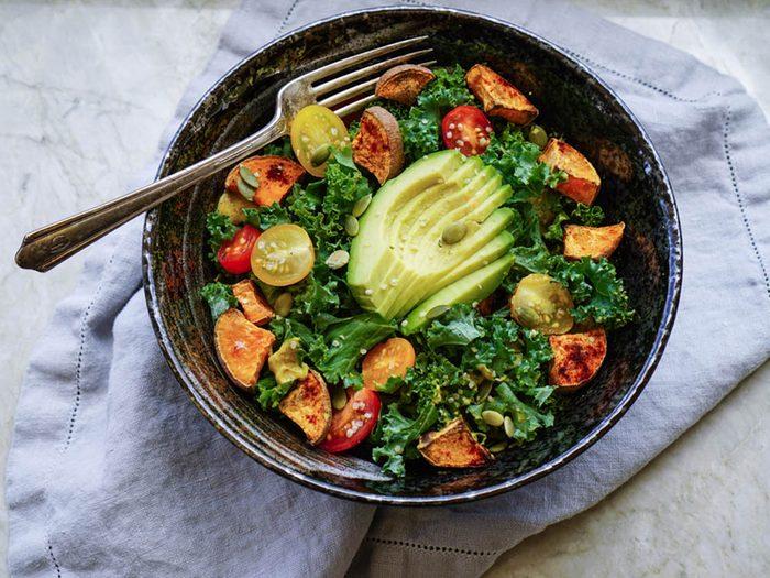 Recettes de kale : essayez la salade santé à l'avocat.