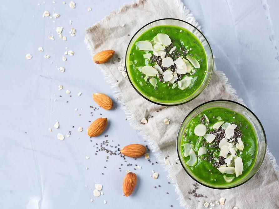 Recettes de kale : dégustez le en smoothie avec du lait d'amande.
