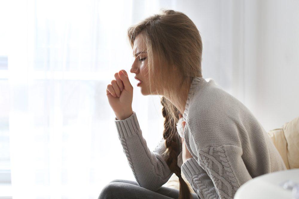 La toux chronique ou douleur à la poitrine, un symptôme du cancer féminin
