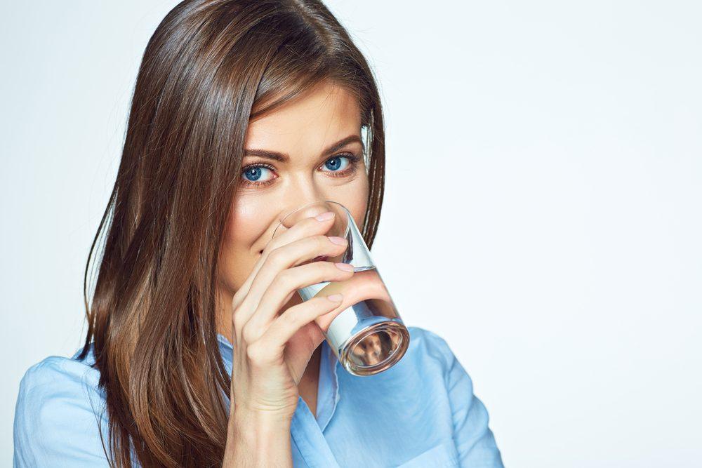 Secrets pour un ventre plat: boire beaucoup d'eau.