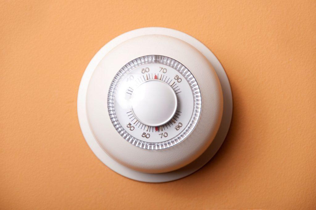 Baissez le thermostat pendant la nuit pourrait vous aider à perdre du poids dans votre sommeil.