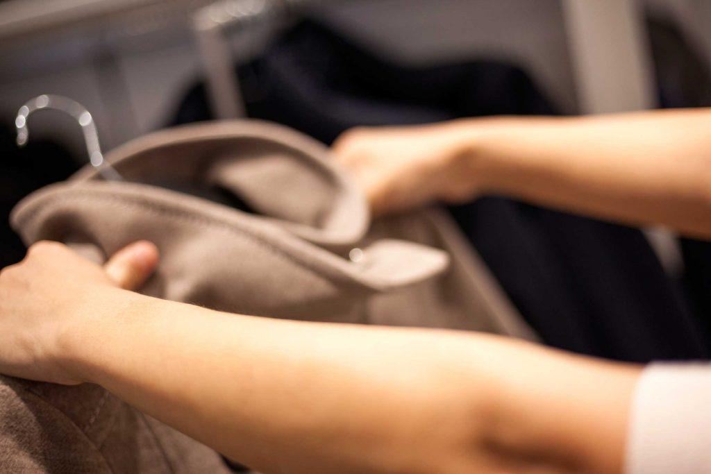 Débarrassez votre entrée de vos manteaux afin de rendre votre maison plus accueillante.