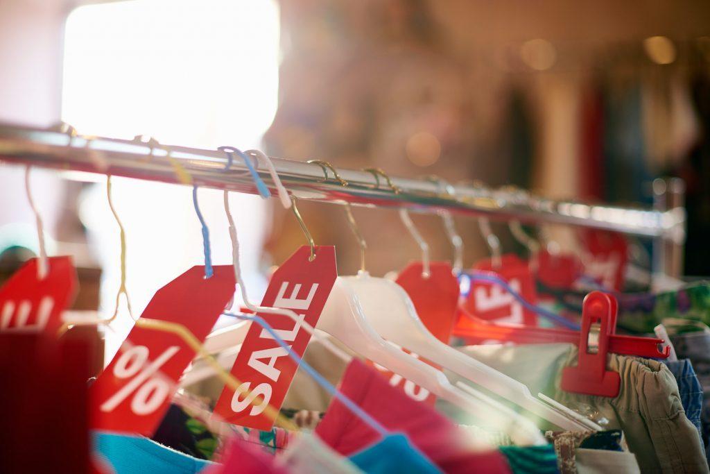 Les commerçants arrondissent les économies car cela est plus attirant pour le consommateur.