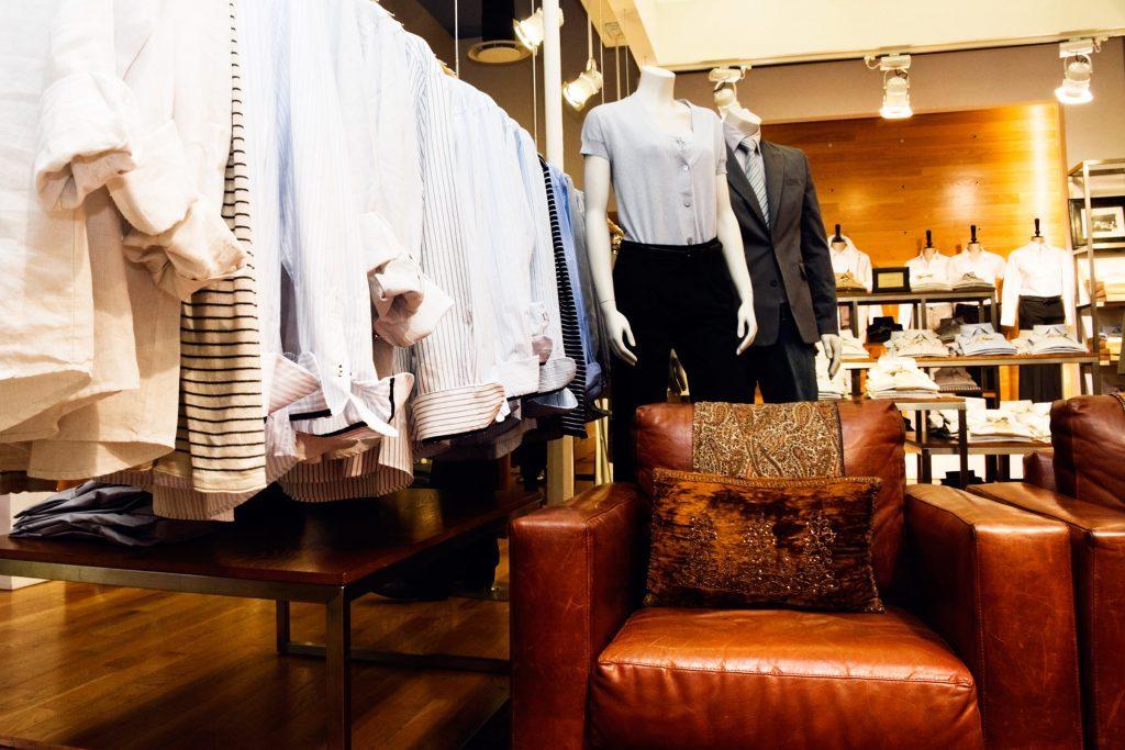 Les détaillants placent des fauteuils confortables pour que leurs clients puissent se reposer et magasiner plus longtemps.