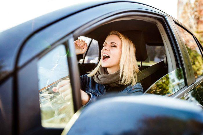Trouvez une liste de lecture qui vous plait et écoutez de la musique pendant le traffic.