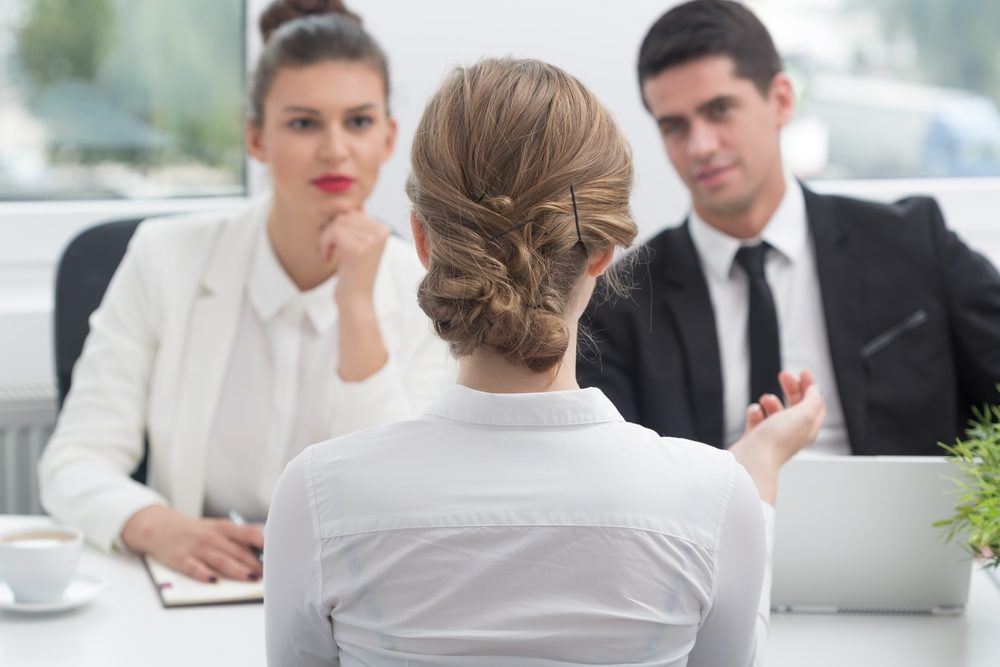 Lors d'une entrevue pour un nouvel emploi, dites souvent le nom de l'entreprise.