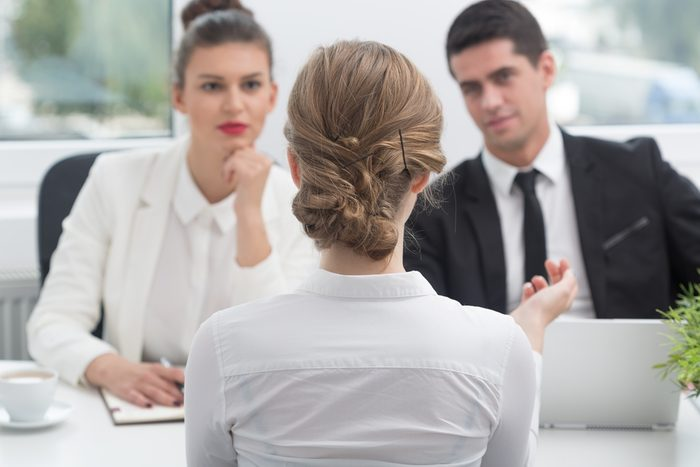 Lors d'une entrevue pour une nouvel emploi, dites souvent le nom de l'entreprise.