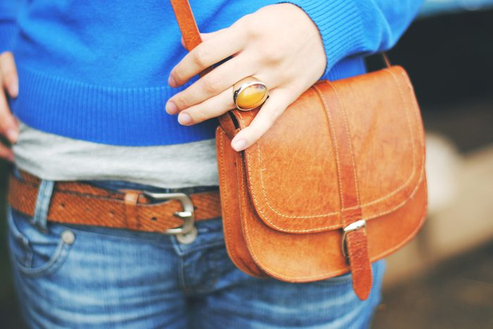 Un sac à bandoulière est un incontournable pour vos soirées en ville.