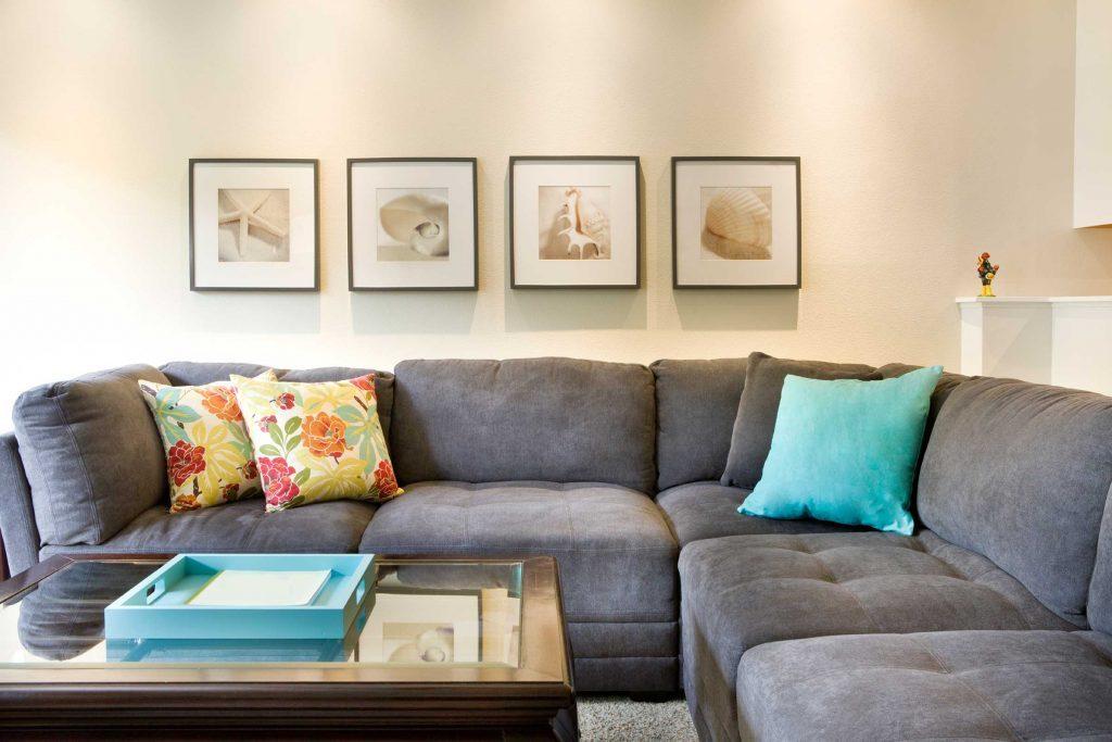 Affichez des oeuvres d'arts sur les mur au lieu de vos photos de famille.