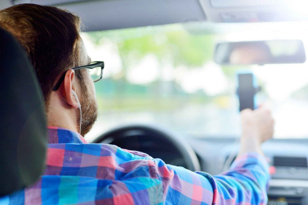 Écouter un podcast pendant que vous conduisez aide à contrôler votre frustration liée au traffic.