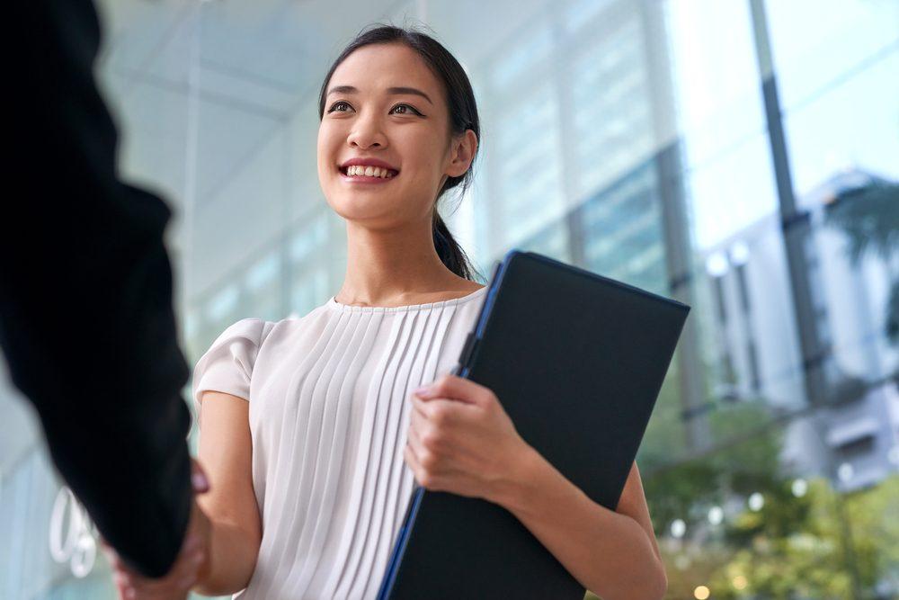 À la fin d'une entrevue, prenez-le temps de dire merci à votre interlocuteur et de le regarder dans les yeux.
