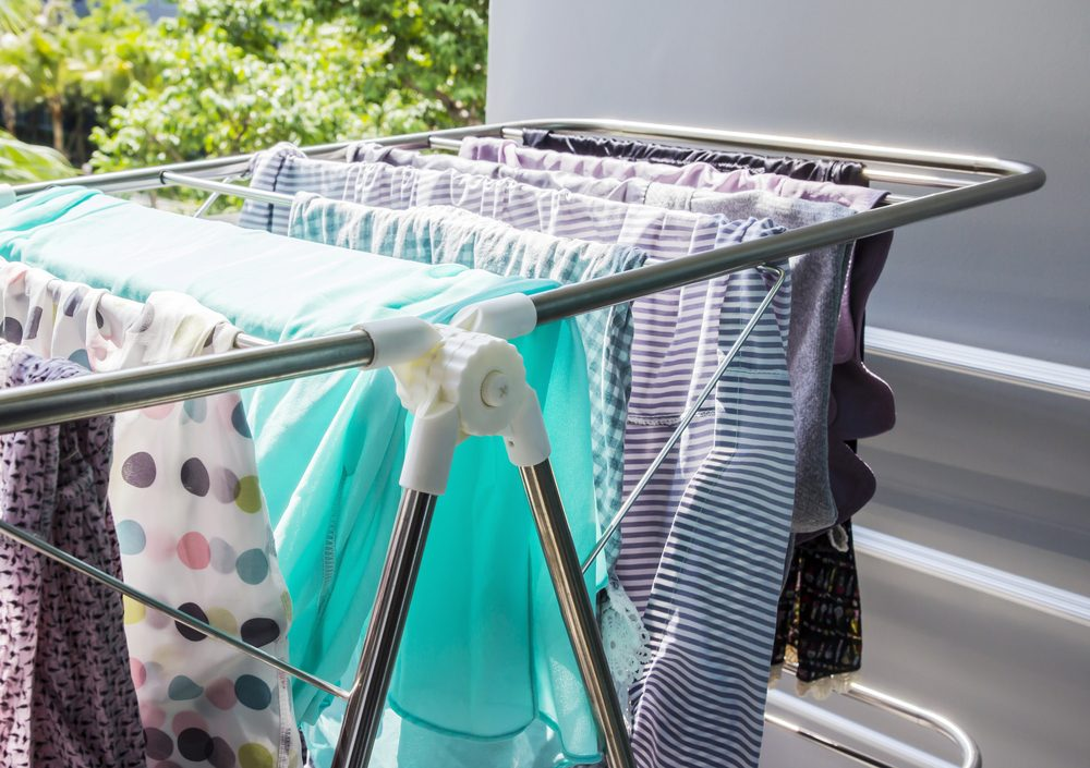 Faites sécher votre linge à l'air libre plutôt qu'à la sécheuse pour ne pas endommager vos vêtements.