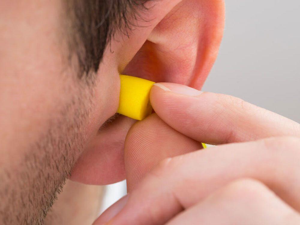Lorsque vous êtes dans un lieu bruyant, portez des bouchons d'oreilles pour éviter les acouphènes.